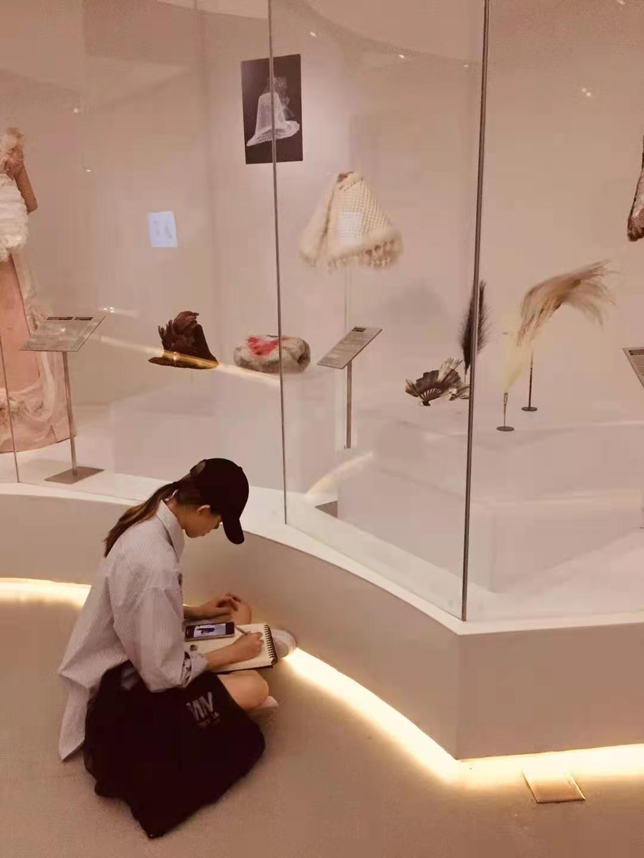 """莱佛士设计学院学生参观""""源于自然的时尚""""展会"""